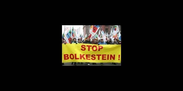 Les syndicats manifestent avant le vote du Parlement - La Libre