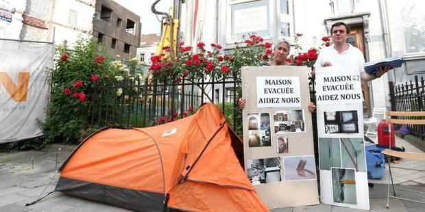 Ils campent devant leur maison inhabitable - La Libre
