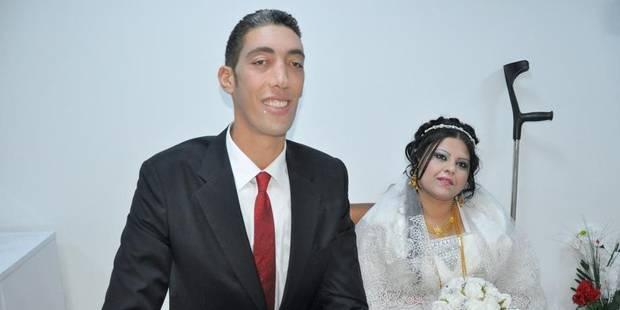 L'homme le plus grand du monde, qui mesure 2,51 m, s'est marié - La Libre