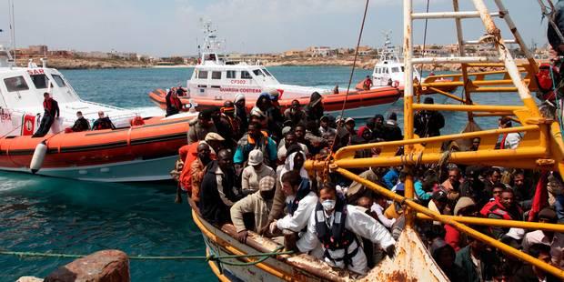 La marine italienne a pris le contrôle du cargo à la dérive avec 450 migrants - La Libre