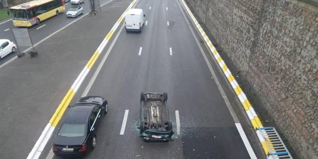 Violent accident à Charleroi: une voiture passe outre les barrières d'un pont et se retrouve sur l'A54 - La Libre