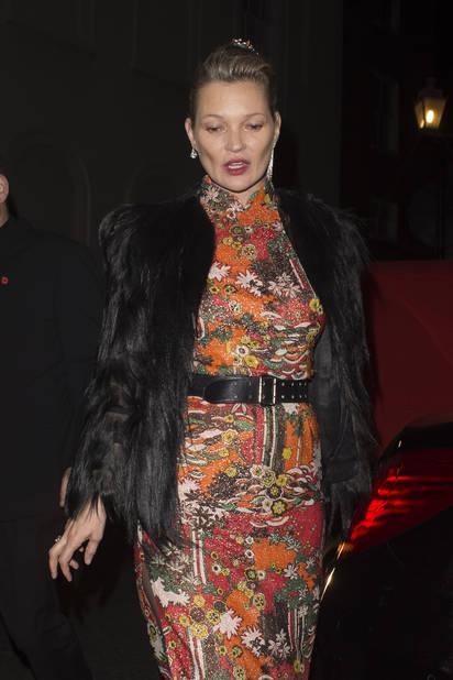 Kate Moss était la dernière à partir selon les photographes de Reporters. Elle ne tenait plus très bien sur ses jambes d'ailleurs...