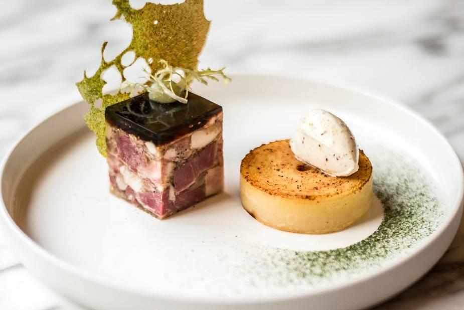 Parmi les plats classiques revisités par Karen Torosyan, on retrouve par exemple le jambon persillé.