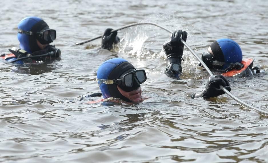6 mars 2016. Les plongeurs fouillent un étang, où pourraient se trouver les corps