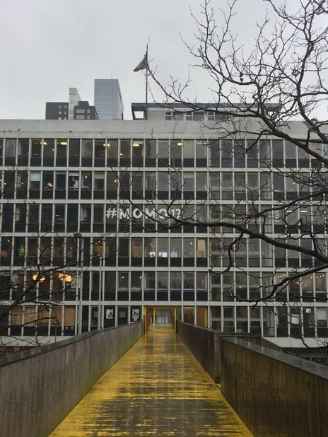 La passerelle en bois traverse un ancien building administratif dont les bureaux sont aujourd'hui occupés par une multitude de jeunes entrepreneurs créatifs.