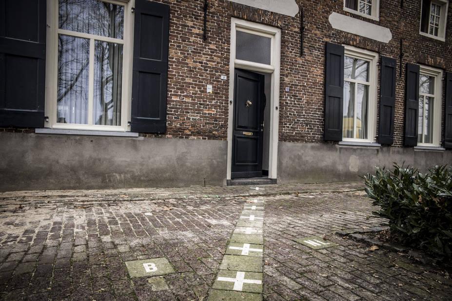 """A Baarle, pour savoir qui est belge ou néerlandais s'applique """"la règle de la porte d'entrée"""" : l'emplacement de la porte d'entrée détermine la commune à laquelle appartiennent les habitants et le pays qui leur fournira téléphone et électricité.  Tout n'est toutefois pas aussi simple. A Loveren, une famille vit une situation cocasse : la façade affiche deux numéros, la porte d'entrée est coupée en deux par la frontière: à gauche, la Belgique et à droite, les Pays-Bas."""