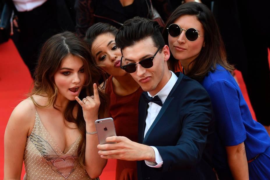 Les jeunes et les selfies sur tapis rouge : Thylan Blondeau s'amuse pour son deuxième Cannes.