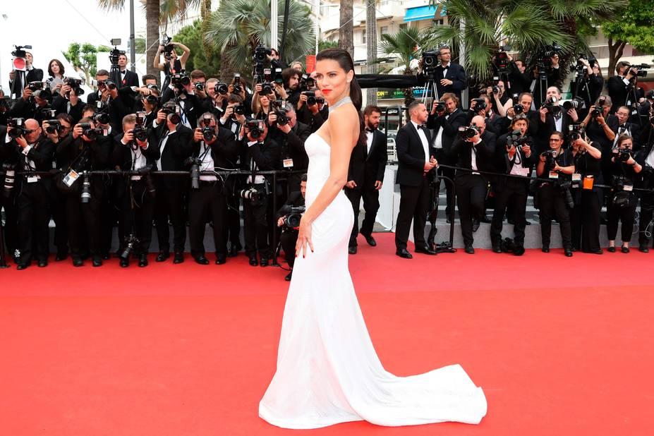 Le modèle Adriana Lima en robe fourreau et bustier pour