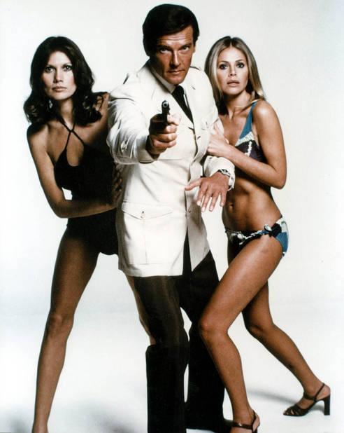 On est en plein dans les années 70 : Maud Adams, Brit Eckland et Roger Moore jouent les justiciers.