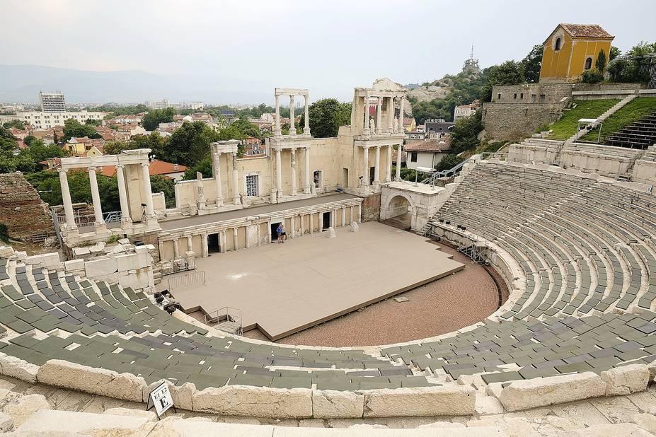 Le théâtre ressuscité. Par Jupiter ! On l'avoue, on ne s'attendait pas à découvrir tout au bord de la vieille ville de  Plovdiv, l'un des théâtres romains les mieux conservés qui soient. Et les Bulgares encore moins : construit au IIe siècle de notre ère sous le règne de Trajan, il n'a été découvert qu'en… 1972, à la faveur d'un glissement de terrain. Avec un peu de chance, vous pourrez y assister à l'un ou l'autre spectacle ou concert. C'est aussi, ici, dans la deuxième plus grande ville du pays, que l'on trouve le plus bel ensemble de ces maisons en style