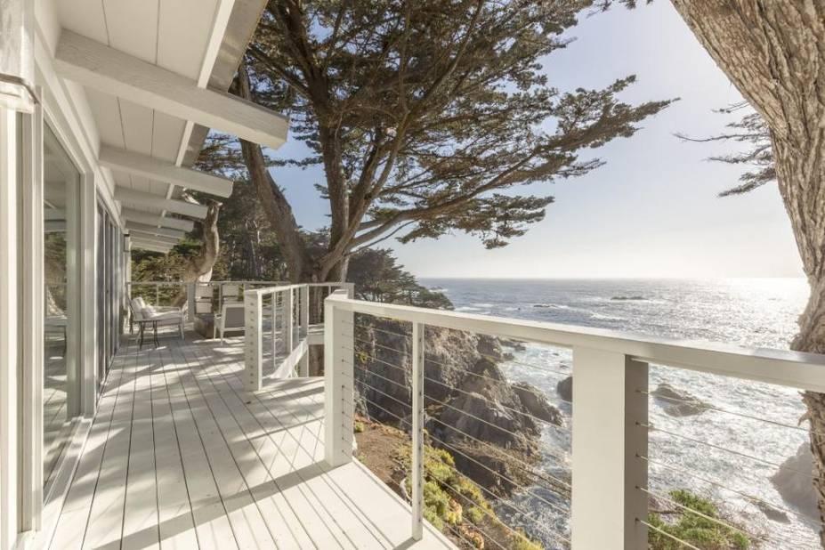 Cette magnifique maison sur la côte californienne n'est pas hantée mais elle a été le lieu du tournage d'une des scènes les plus horrifiques du film de Clint Eastwood « Play Misty for Me » ou en français « Un frisson dans la nuit » en 1971.