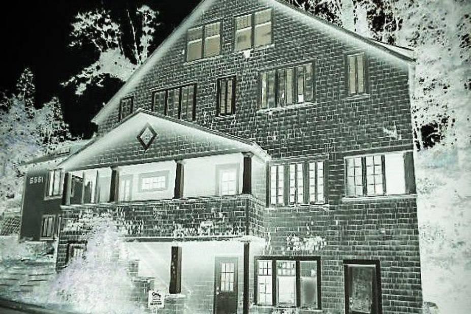 A Sacramento, un couple qui avait acheté cette maison que l'on dit hantée par des esprits depuis 1911 l'avait transformé en « Dead & Breakfast » pour les hôtes adorant être terrorisés.