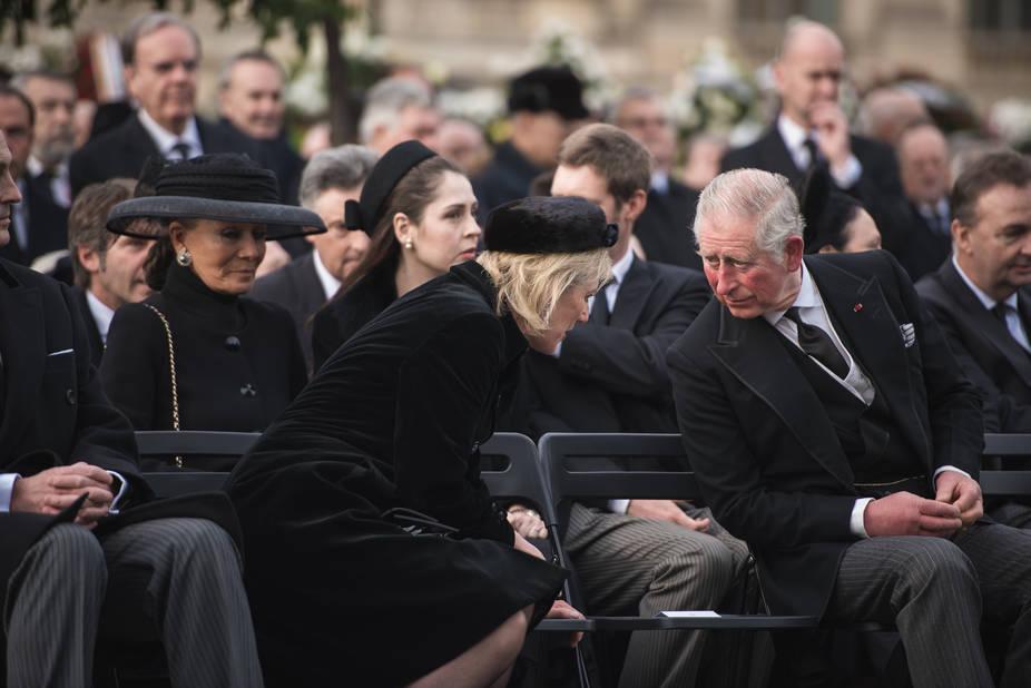 La princesse Astrid en discussion avec le prince Charles
