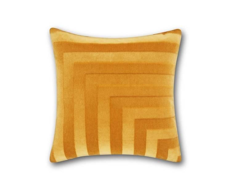 Côté couleurs, on compense le manque de lumière extérieure par des teintes toniques à l'intérieur. Le jaune curry, intense et profond, va égayer les murs ou le mobilier. Cette couleur se marie facilement avec d'autres comme le bleu canard, le vert émeraude, mais aussi le blanc, taupe ou gris clair. Côté matière, le velours est sans aucun doute celle qui sublime le plus ce jaune épicé.                                                         Oreiller Tom Dixon, en mohair et coton, 240 euros