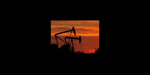 Le pétrole chute de presque 5 dollars
