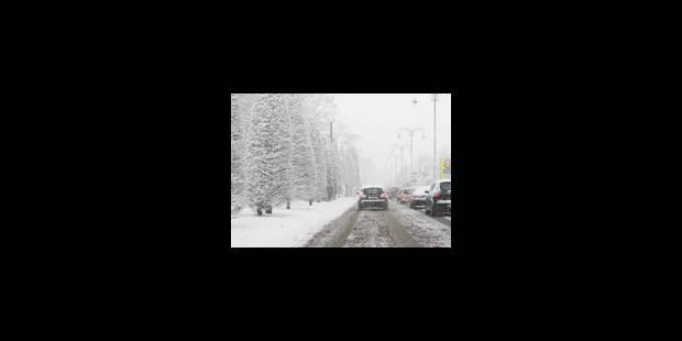Neige: toujours des embouteillages autour de Bruxelles