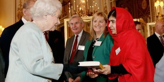Malala, invitée à Buckingham, offre son livre à la reine Elizabeth II - La Libre