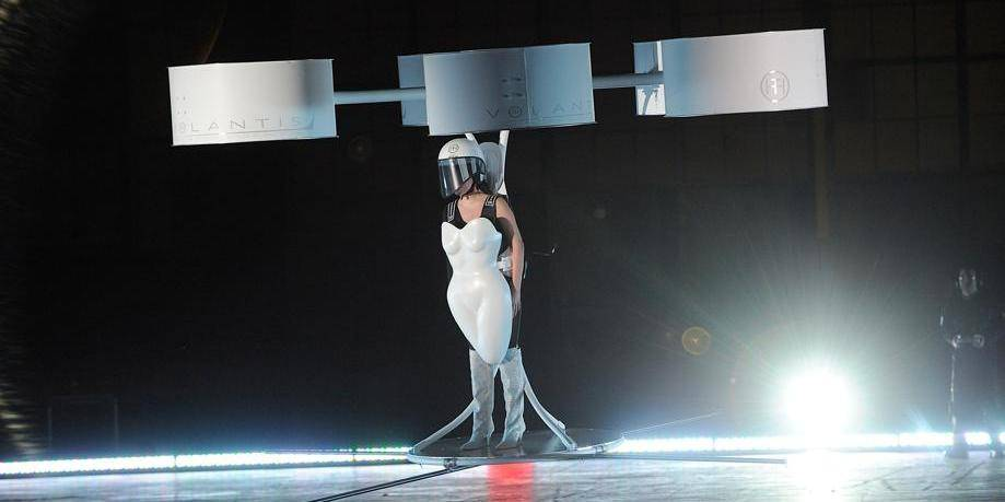 Lady Gaga lance son 3ème album dans une robe volante
