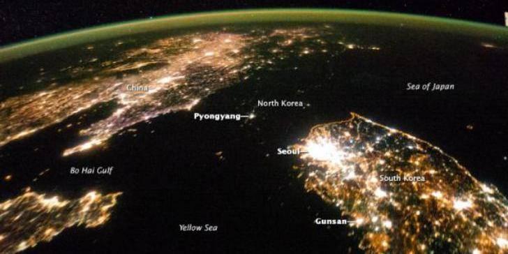 Vue du ciel, la Corée du Nord s'éclipse la nuit