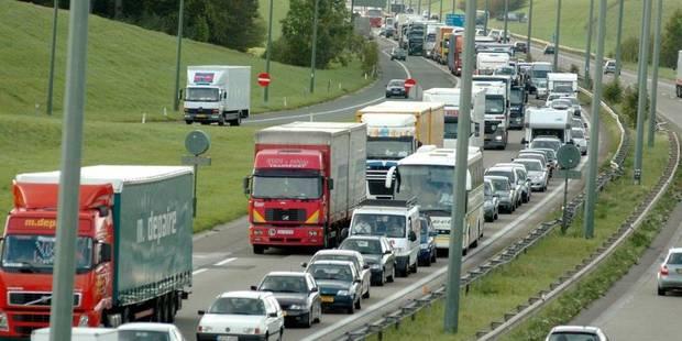 Circulation rétablie après un accident avec un camion tampon sur la E411 - La Libre