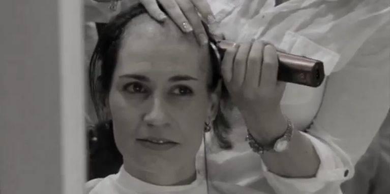Elles se rasent la tête pour soutenir leur amie victime d'un cancer