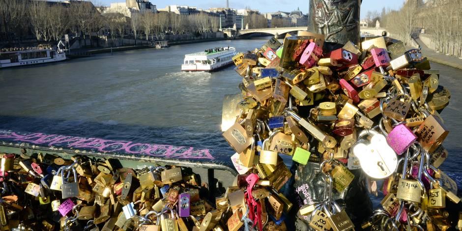 """Les amoureux de Paris crient halte aux """"cadenas d'amour"""""""