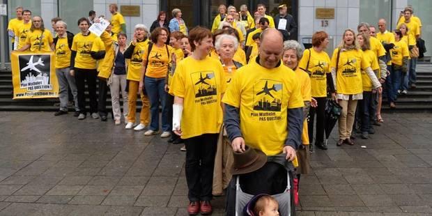 "Survol de Bruxelles: des citoyens forment un avion ""symbolique"" devant le tribunal - La Libre"