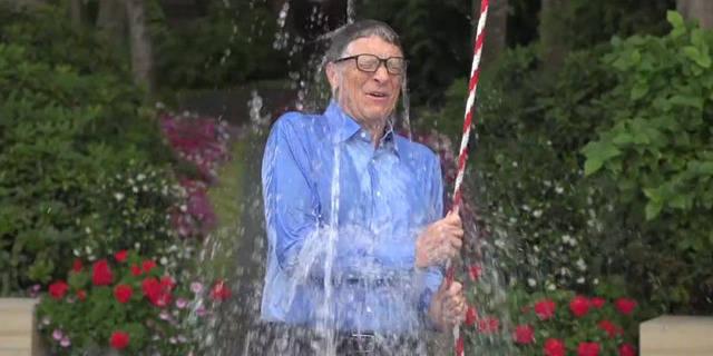 Bill Gates s'asperge pour Mark Zuckerberg