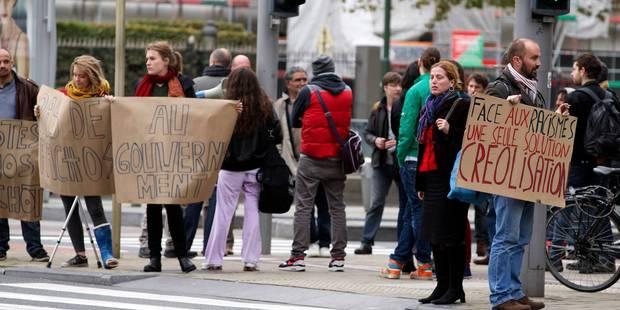 Une soixantaine de manifestants demandent la démission de Theo Francken - La Libre