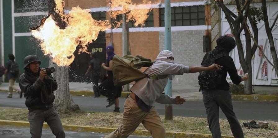 Mexique: La colère ne s'éteint pas après le massacre d'étudiants