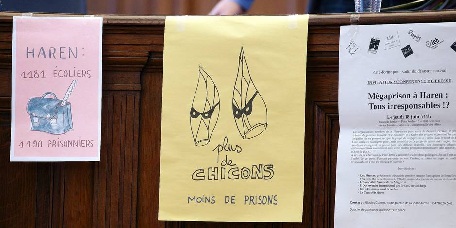 20150618 - BRUSSELS, BELGIUM: Protest messages seen at a press conference about the rejection of the plans for a mega jail in Haren, Thursday 18 June 2015, at the Palace of Justice in Brussels. BELGA PHOTO NICOLAS MAETERLINCK
