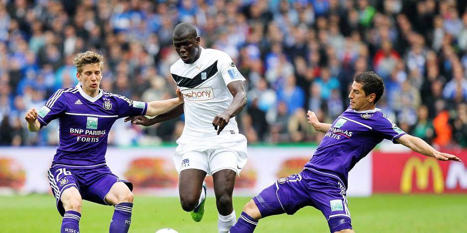 20130512 - GENK, BELGIUM: Anderlecht's Dennis Praet, Genk's Kara Mbodj and Anderlecht's Oleksandr Iakovenko fight for the ball during the match between RC Genk and RSCA Anderlecht, on the eight day of the Play-Off 1 of the Belgian soccer championship Jupiler Pro League, in Genk, Sunday 12 May 2013. BELGA PHOTO VIRGINIE LEFOUR