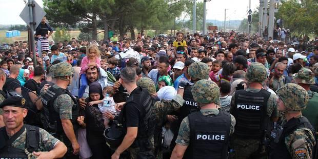 Des centaines de migrants débordent la police et pénètrent en Macédoine - La Libre