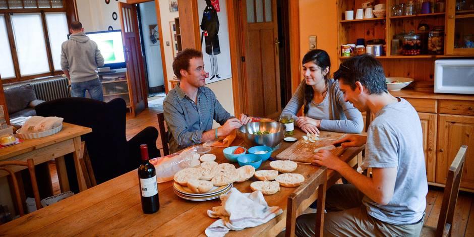 Bruxelles - Rue Champ du roi: colocation. Les colocataires mangent chaque soir ensemble.