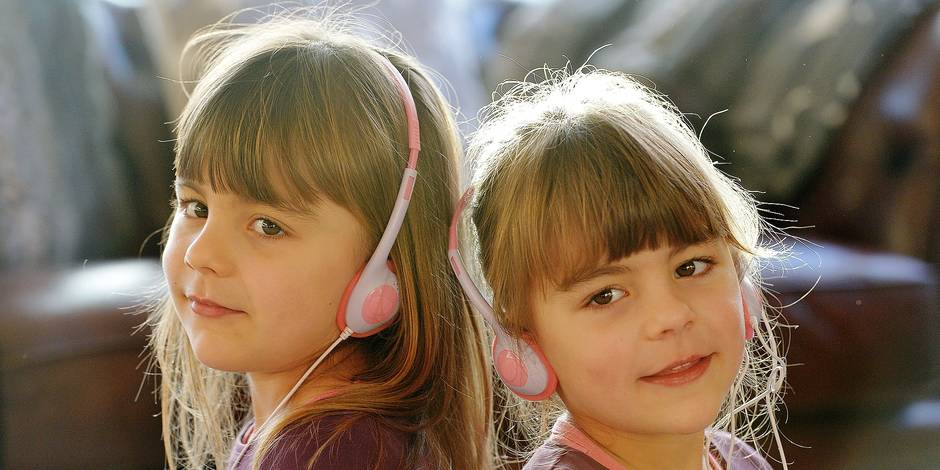 Two young girls are listening to music with headphones, Germany, city of Osterode, 08. January 2016. Photo: Frank May Reporters / DPA