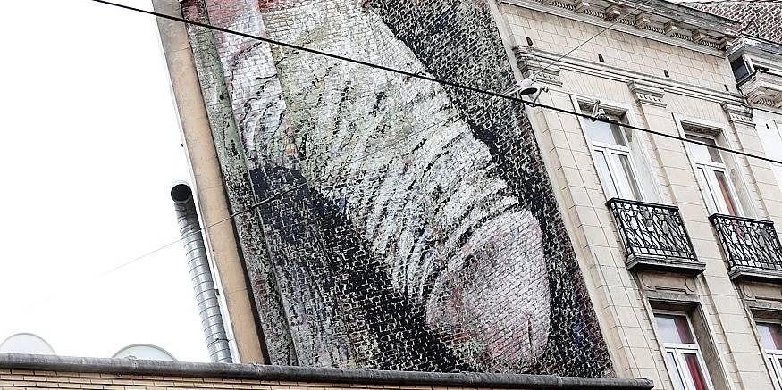 Des tags sexuels immenses sur des façades à Bruxelles