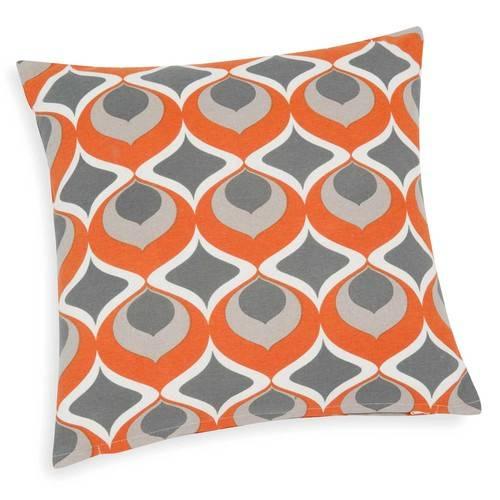 On s'entoure de couleurs chaudes.  Housse de coussin en coton orange, 8,99euros chez Maisons du Monde