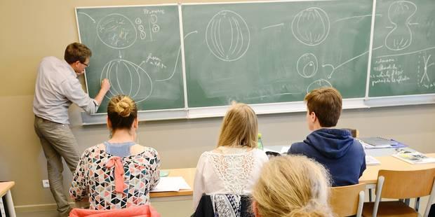 Enseignement réseau décret étudiant enseignant professeur secondaire cours école collège classe élève sac sciences tableau jeune vocation