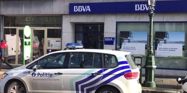 Bruxelles : un policier se fait voler son arme au cours d'un braquage dans une banque (VIDÉOS) - La Libre