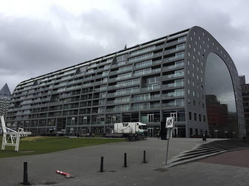 Au centre de Rotterdam, le monumental Markthal associe un immense marché couvert et un immeuble à appartements. Les sous-sol abritent un vaste parking.