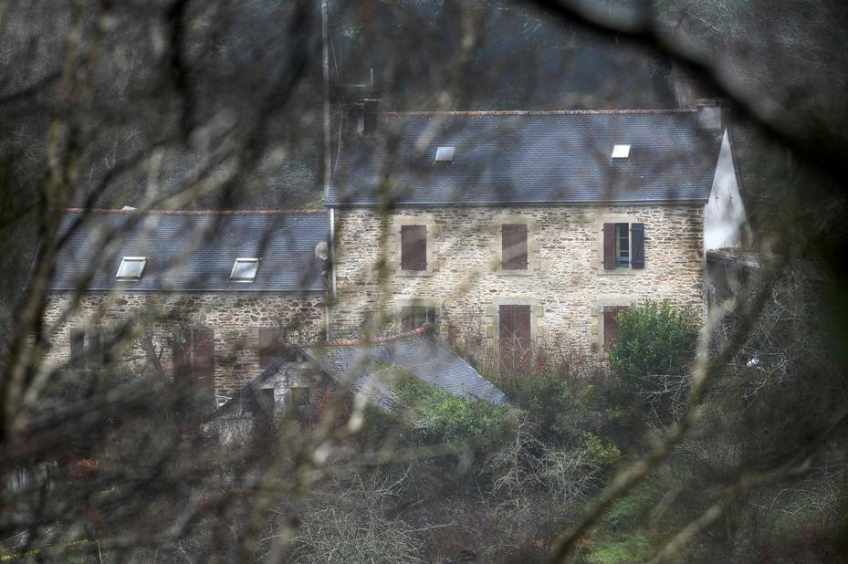 7 mars 2016: Hubert C.aurait avoué avoir tué la famille au pied-de-biche, ensuite avoir transporté les corps jusqu'à son domicile où il les aurait démembrés puis brûlés en partie. Les enquêteurs fouillent les 30 hectares de la