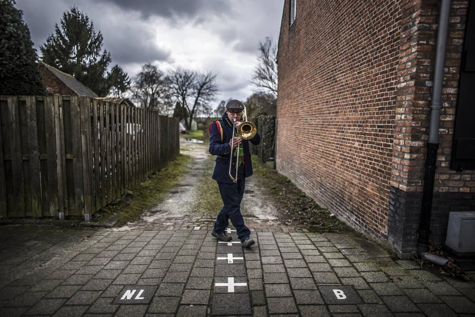 """Baerle-Duc et Baarle-Nassau forment un village """"patchwork"""", composé d'un enchevêtrement d'une trentaine d'enclaves néerlandaises et belges. La frontière traverse pêle-mêle le centre du village et se matérialise par un marquage au sol. Une particularité qui inspire nombre d'artistes comme Louis le musicien, dont les notes n'ont pas de frontière."""