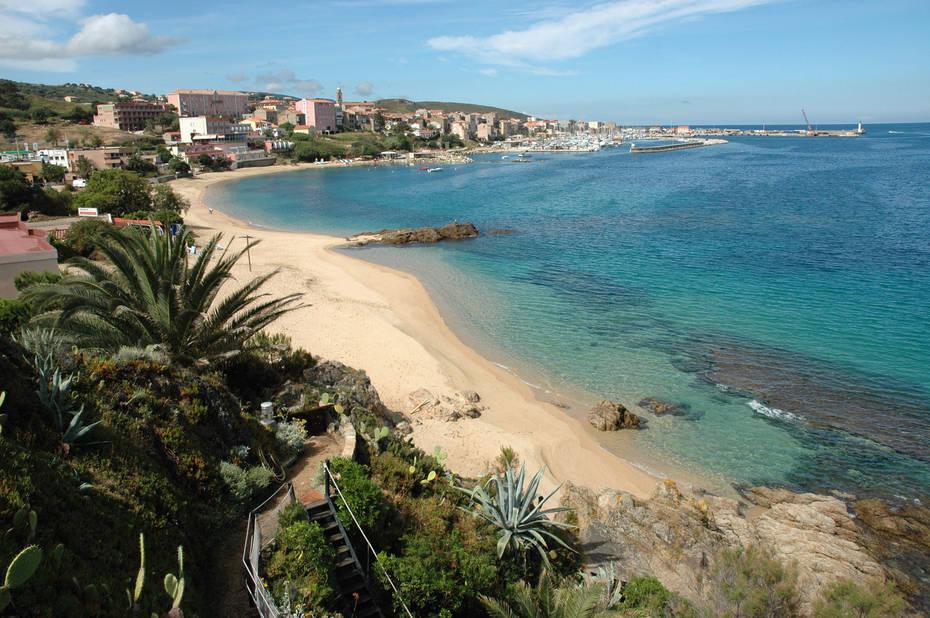 La plage à Propriano, avec eaux turquoise et palmiers...
