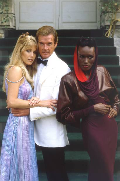 Roger Moore entreles deux James Bond Girls, la vénéneuse Grace Jones et l'oie blanche Tanya Roberts. le dernier 007 pour Roger Moore en 1985.