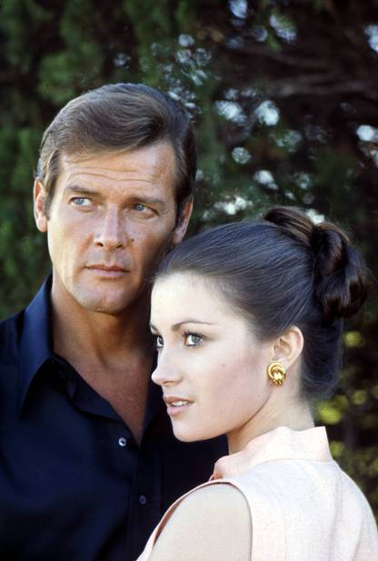 Premier 007 pour Roger Moore, il prend dans ses bras la toute jeune Jane Seymour.