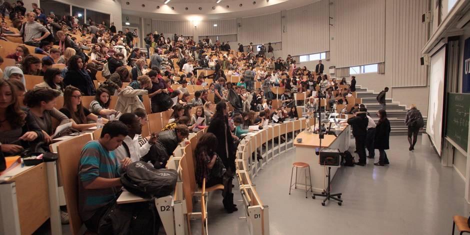 Etudiants assistant au cours dans l' auditoire Erasme de l'ULB.