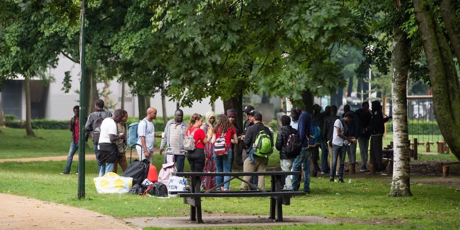 Une centaine de migrants dans le parc Maximilien, en face de l'Office des Etrangers