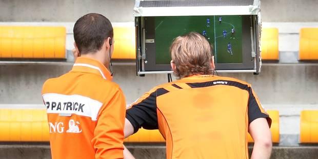Scène insolite à Mouscron - Charleroi: l'arbitre interrompt le jeu et passe plusieurs minutes devant l'écran vidéo (PHOT...