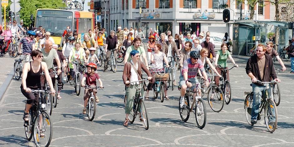 Manifestation à vélo contre CHB et pour le tram à Liège.