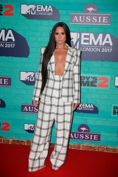 Demi Lovato en pyjama oversize qui dévoile presque tout